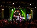 Osse zangers krijgen het publiek massaal aan het dansen tijdens meezing-evenement Ameezing.