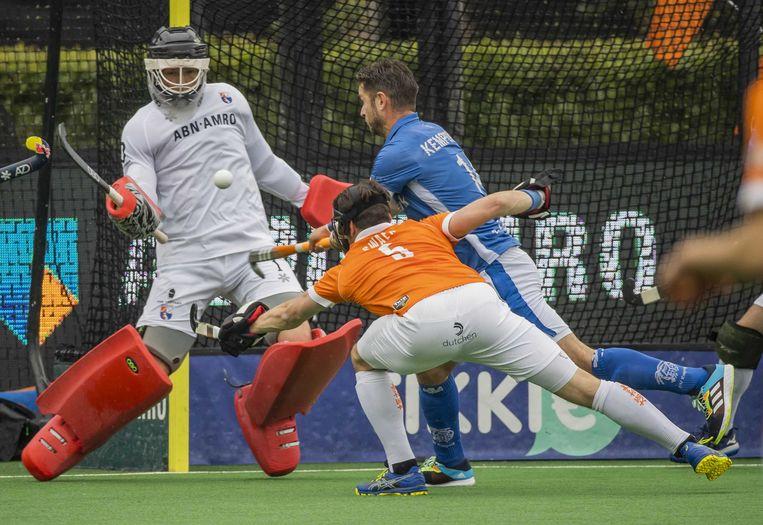 Robbert Kemperman (Kampong) brengt de stand op 0-1  tijdens de tweede finalewedstrijd bij de play offs hoofdklasse hockey mannen. Links keeper Maurits Visser (Bloemendaal) en midden Tim Swaen (Bloemendaal) . Beeld ANP