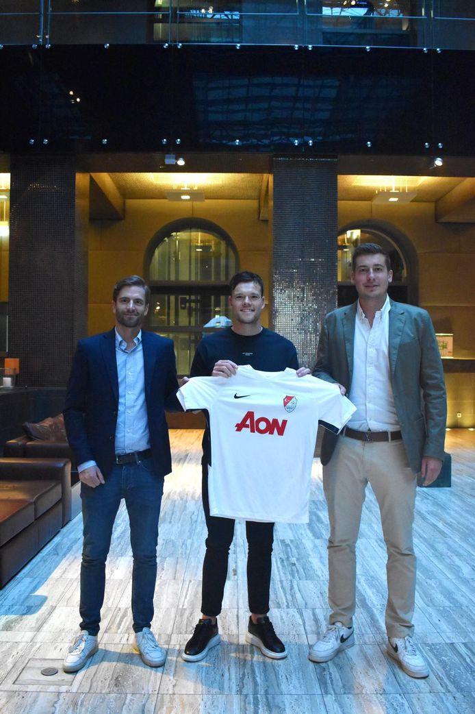 Tom Boere met het shirt van zijn nieuwe club Türkgücü München