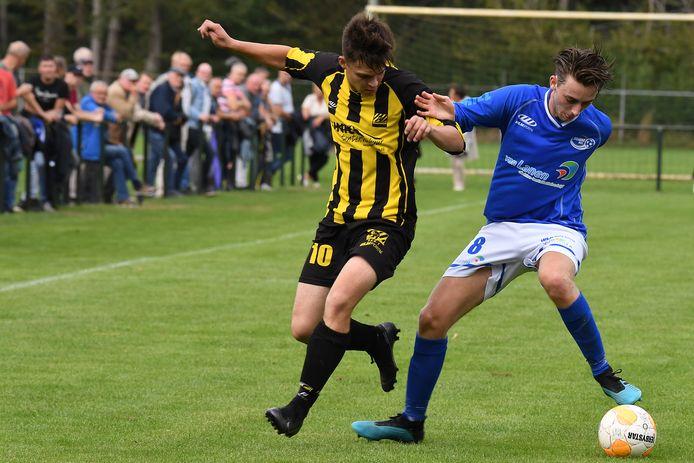 Voetballer Max Hermanussen van Juliana Mill draait weg in de derby tegen SES.