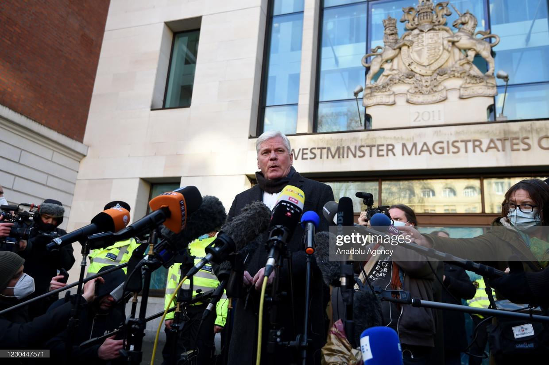 WikiLeaks-hoofdredacteur Kristinn Hrafnsson staat de pers te woord, begin januari in Londen, nadat justitie heeft geweigerd Julian Assange op borg vrij te laten. Beeld Anadolu Agency via Getty Images