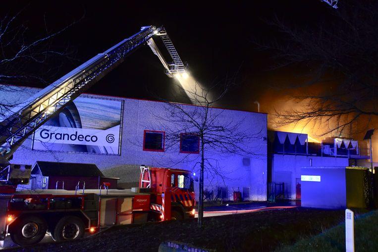 De grote middelen werden ingezet om de brand bij Grandeco in Tielt te bestrijden.
