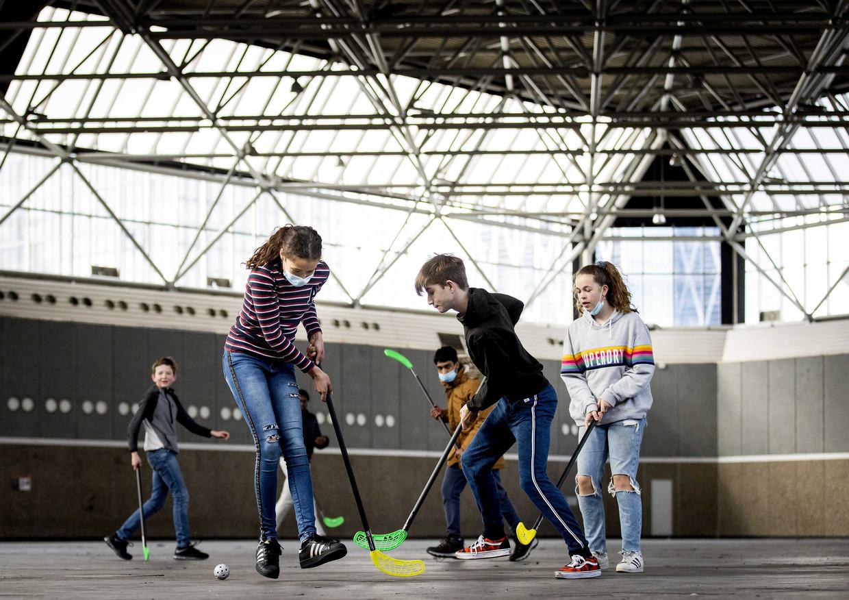 Leerlingen tijdens het hockeyen. Normaal zouden besmettingen op school goed getraceerd moeten worden, maar daar worden maar erg weinig risicocontacten doorgegeven. Beeld EPA