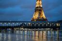 De Seine is op verschillende plekken in Parijs buiten haar oevers getreden.