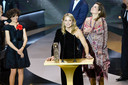"""Sidonie Dumas (à droite) reçoit le César du meilleur film à """"Adieu Les Cons"""" réalisé Par Albert Dupontel, Catherine Bozorgan (à gauche) et Virginie Efira (à l'avant-plan) sur scène lors de la 46ème cérémonie des César à l'Olympia à Paris le 12 mars 2021."""