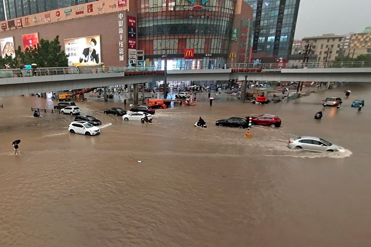 Gestrande voertuigen in de straten van Zhengzhou. Beeld AP