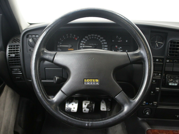 Dashboard van de Lotus Omega.