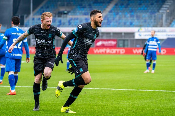 Richard van der Venne (links) achtervolgt doelpuntenmaker Ahmed Touba.