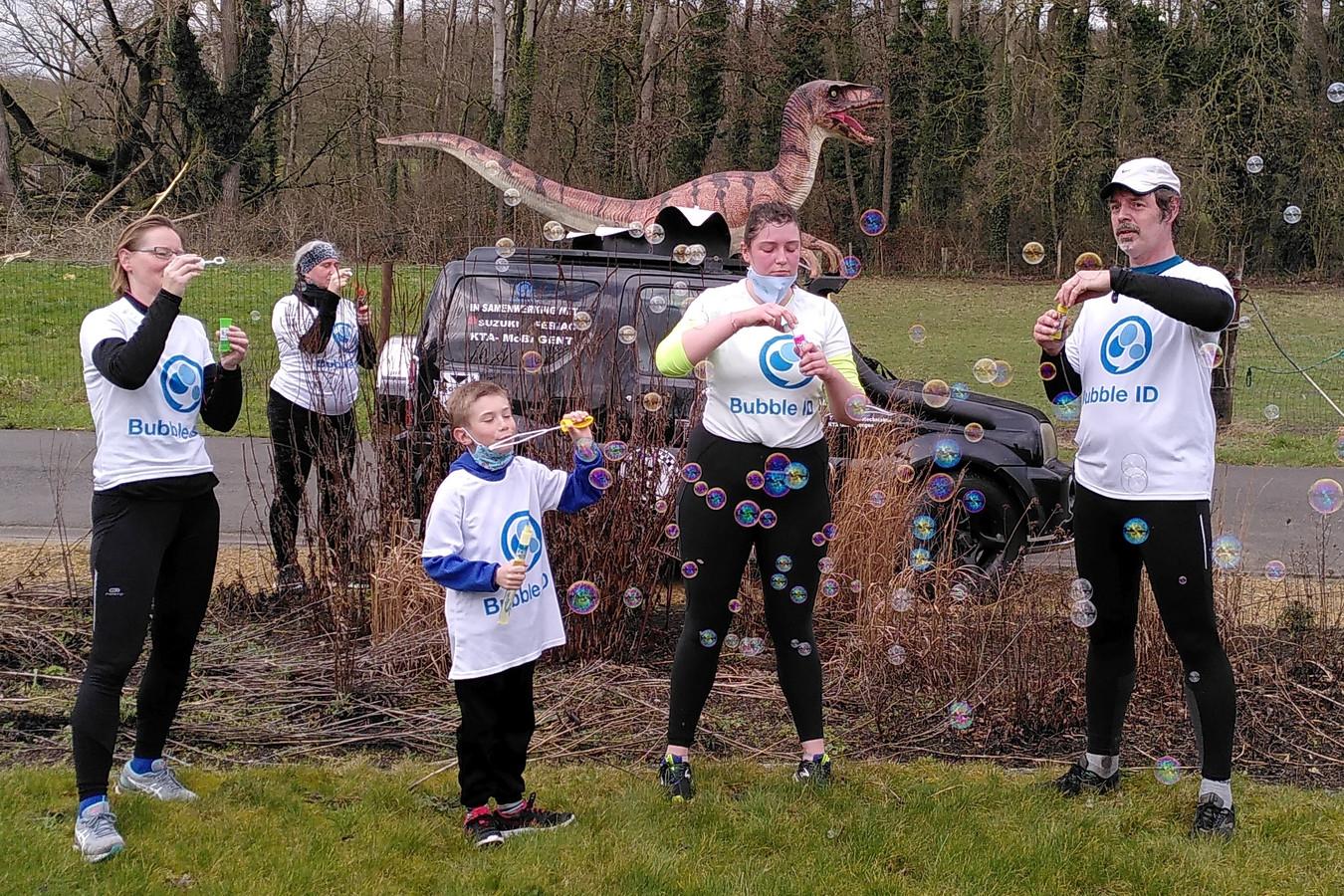Nadat Jan (rechts op de foto) zijn 10 mijl liep had hij nog voldoende zuurstof om zeepbellen te blazen voor Bubble ID.