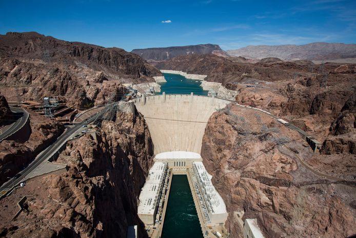 De reusachtige Hooverdam met daarachter Lake Mead.