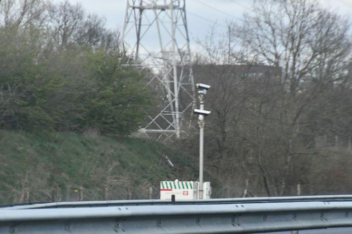 Camera's langs de A35 bij Enschede-Zuid. De camera's tellen de komende weken voertuigen die gevaarlijke stoffen vervoeren