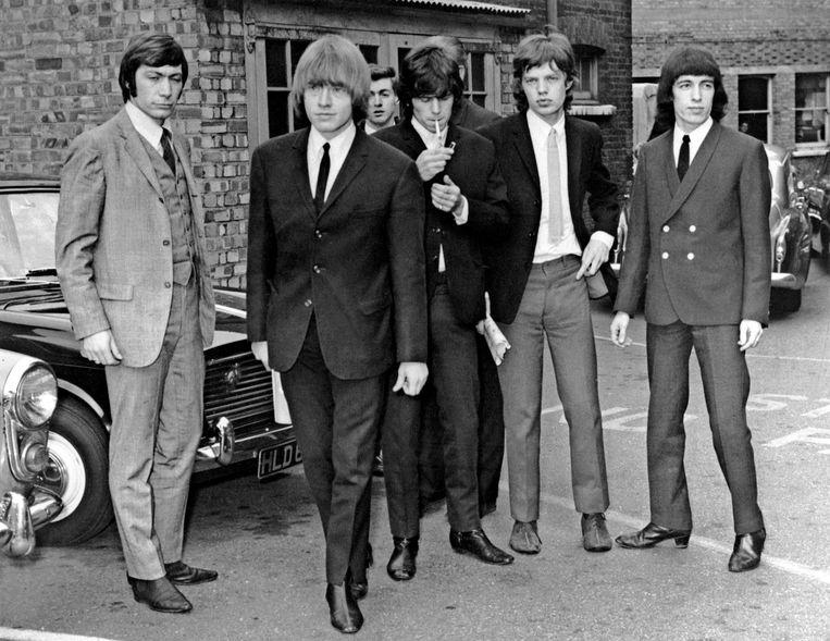 Charlie Watts (l.) in 1965 met de 'klassieke' Stones-bezetting, met ook nog Brian Jones, Keith Richards, Mick Jagger en Bill Wyman. Beeld AFP