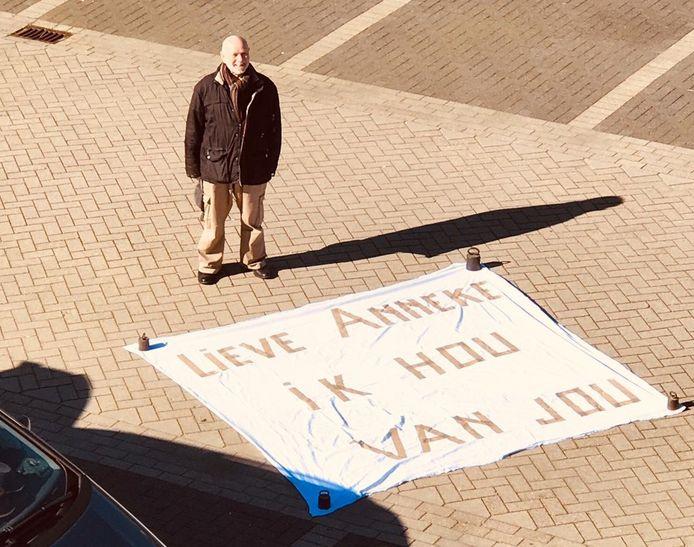 Wil met zijn spandoek op de parkeerplaats van het verpleeghuis in Alphen aan den Rijn.