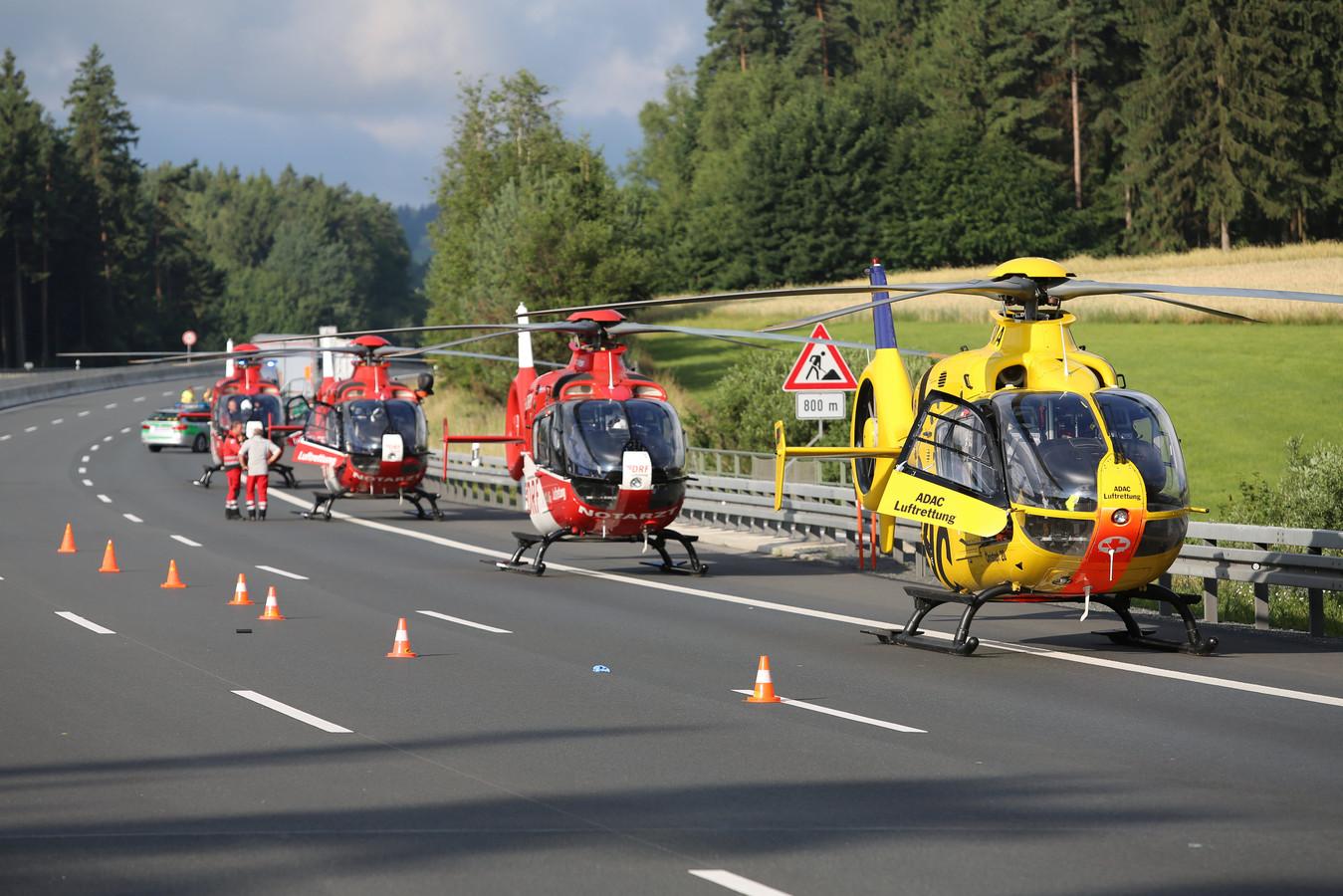 Traumahelikopters wachten vlak bij de plek van het ongeluk.
