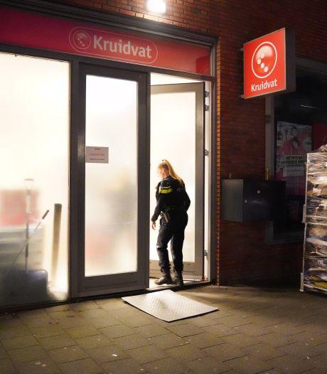 Medewerker gewond bij overval op drogisterij in Lusthofstraat; politie zoekt naar twee verdachten