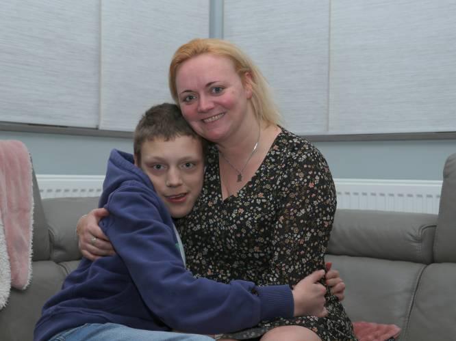 """Mama slaakt noodkreet, nadat Jarne (16) alle ondersteuning voor zijn beperking dreigt te verliezen: """"Ik stond met mijn rug tegen de muur"""""""