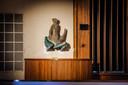 De twee kolossale keramische Triton en Zeemeermin beelden staan terug op hun plaats in het auditorium