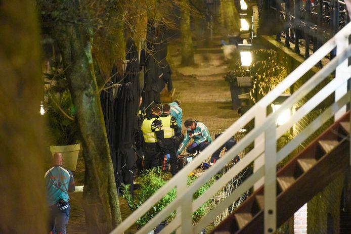 Een man overleed gisteravond in Utrecht nadat hij over de reling was gevallen op de Oudegracht.