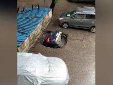 Une voiture engloutie par un gouffre en Inde