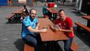 Frans Verstegen en Ronald Bruinstropp drinken een biertje in afwachting van de wedstrijd.