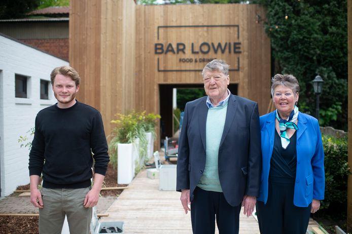 Uitbater Lowie Tielens (links) met Louis Van den Eynde en Annemie Mintjens aan Bar Lowie, die donderdag opent