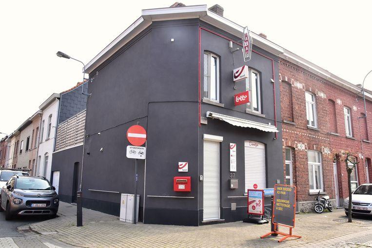 Krantenshop Doortje, op de hoek van de Leopoldstraat en de Koningin Elisabethstraat in Menen.