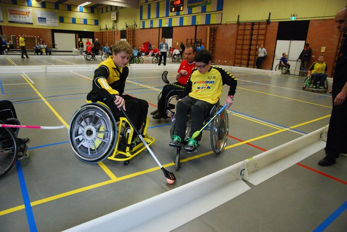 De rolstoelhockeyers van SGB in actie