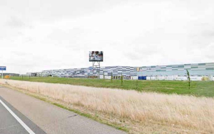 De 'vrije' led-reclamezuil, gepland langs de A15 tussen de distributiehallen van Nabuurs en Lidl.