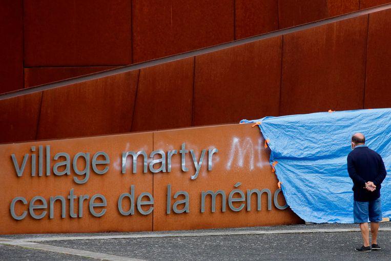 Onbekenden doorschrapten 'martyr' met witte verf en vervingen het woord door 'menteur'.  Leugenaarsdorp dus in plaats van martelaarsdorp. Beeld AFP