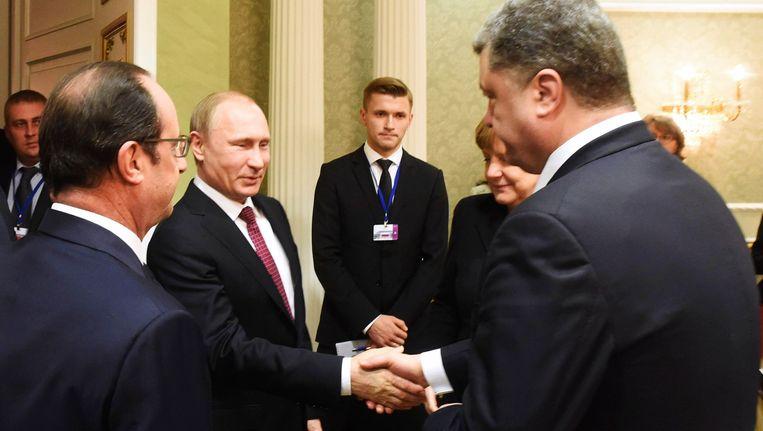 De Russische president Putin schudt de hand van zijn Oekraïense collega Poroshenko tijdens de top in Minsk Beeld REUTERS
