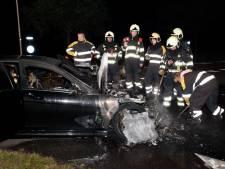 Dure Mercedes vliegt tijdens rijden spontaan in brand bij Alphen