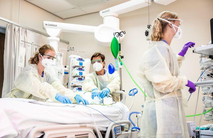 Een van de bedden op de IC, klaargemaakt voor een nieuwe coronpatiënt in het Albert Schweitzer ziekenhuis in Dordrecht.
