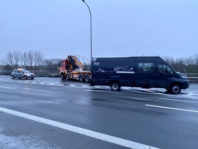 Op de oprit van de E19 in Mechelen-Noord ging een vrachtwagen aan het slippen en belandde op zijn zij. Bij het ongeval waren er meerdere voertuigen betrokken
