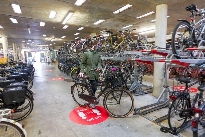 De bewaakte fietsstalling onder het 18 Septemberplein in Eindhoven. Die is nu gratis en het is de bedoeling dat deze ook gratis blijft