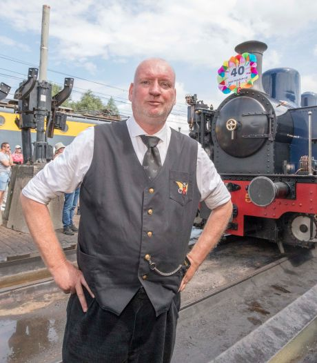 Ook na 40 jaar staat machinist Stoffel Rockx nog met veel plezier in de stoomlocomotief