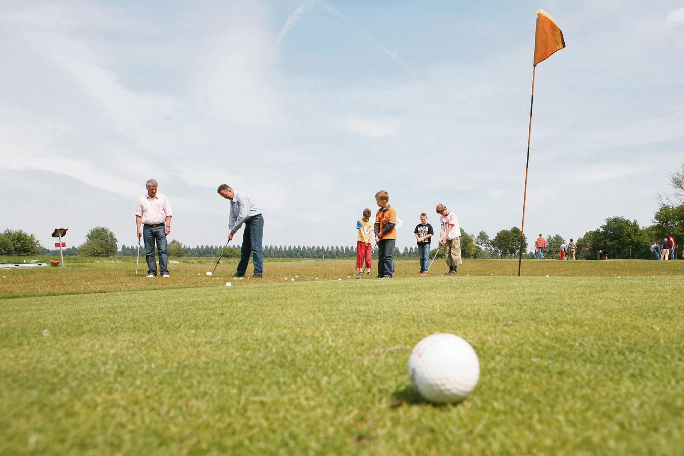 Golfers slaan een balletje bij Erve Braakman in Hoge Hexel. Deze foto is jaren geleden gemaakt, dus ook ruim voor de corona-uitbraak.
