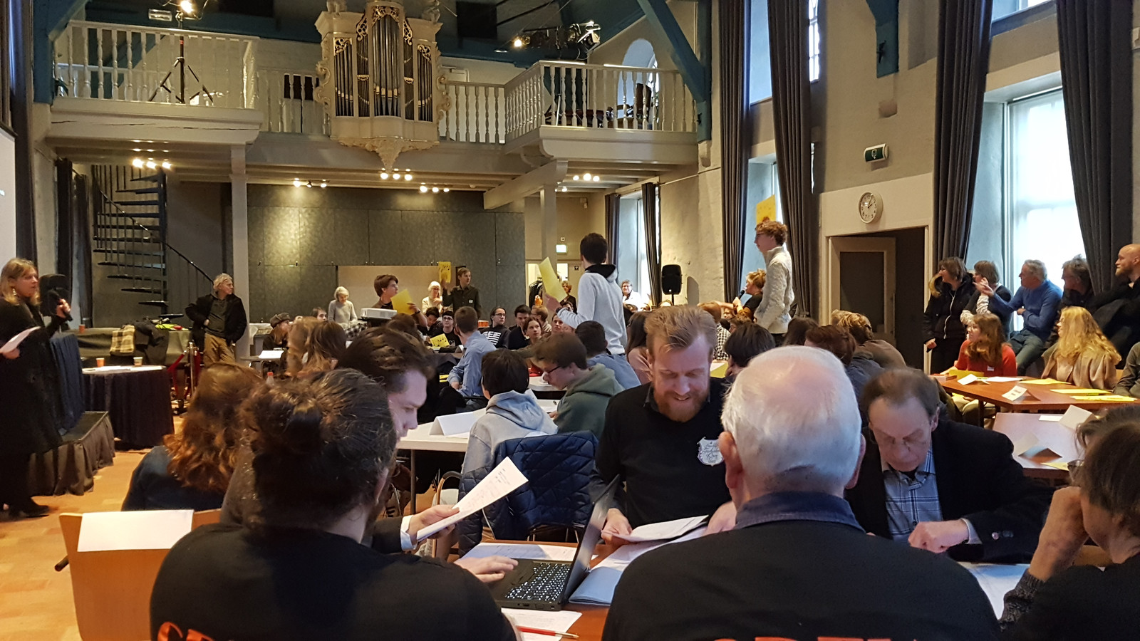 Er deden bijna 60 leerlingen mee met de quiz in de Gasthuiskapel. De jury controleert de antwoorden