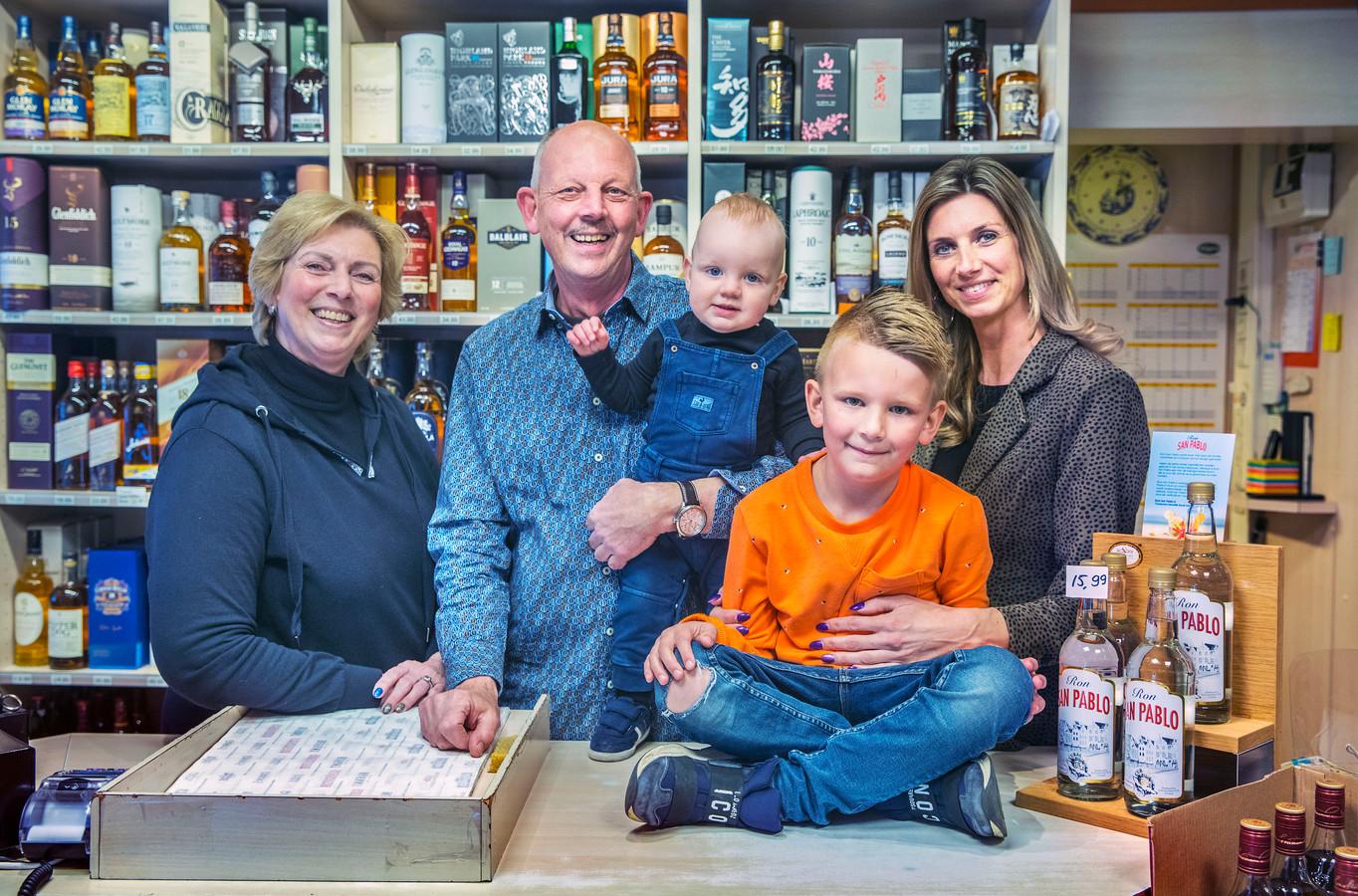 Slijterij V&V in de Oudemansstraat bestaat 50 jaar.links Marcel en Elly Verwoerd met rechts hun dochter Marissa en haar zoontjes Jayen (6) en Jace (1) in de winkel.