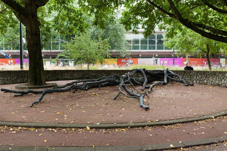 Het gedenkteken voor Walraven van Hall door Fernando Sánchez Castillo op het Frederiksplein. Beeld Nina Schollaardt