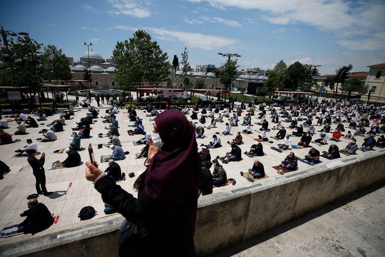Vrijdaggebed buiten de Fatihmoskee in Istanbul.  Beeld AP