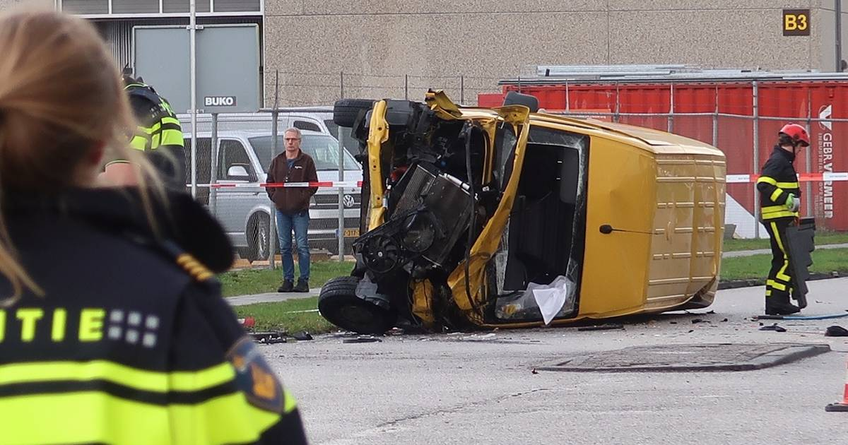 Aanrijding tussen twee bezorgbusjes in Tilburg, bestuurder overleden.