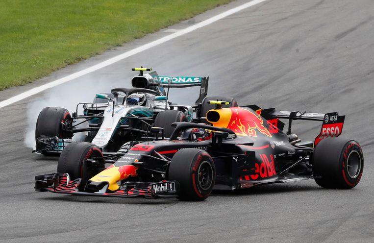 Verstappen in duel met Valtteri Bottas. Beeld Reuters