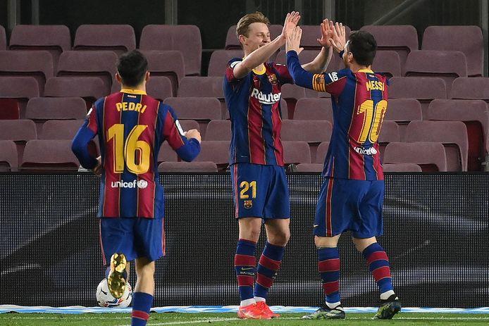 Lionel Messi bedankt Frenkie de Jong voor het knappe voorwerk.