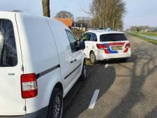 Gestolen auto klemgereden en twee personen aangehouden in Geesburg