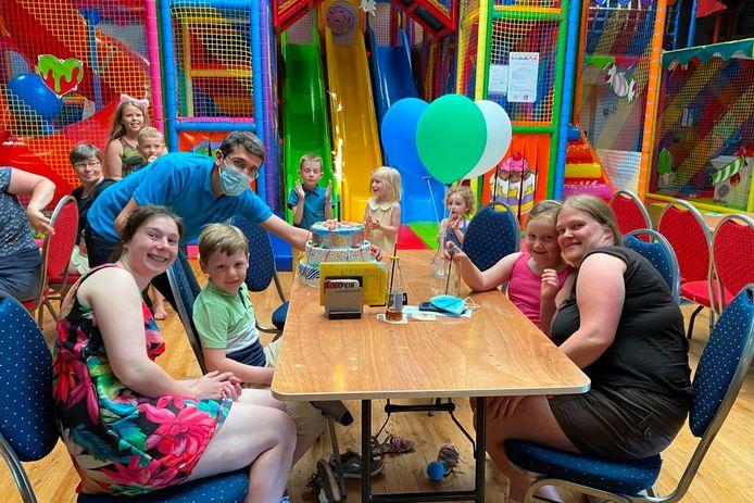 Owen (6) werd voor zijn verjaardag van 8 juni getrakteerd op een snoeptaart en speelnamiddag bij FunnyDay in Erondegem.