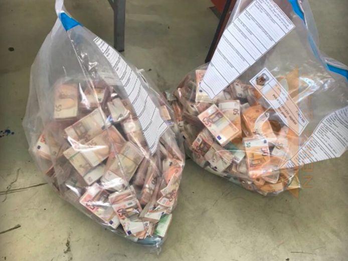 Dit geld zat verstopt in de deuren van een Toyota, afkomstig uit ons land.