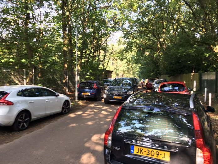 Volle straten rondom sportpark De Roosberg in Bavel.