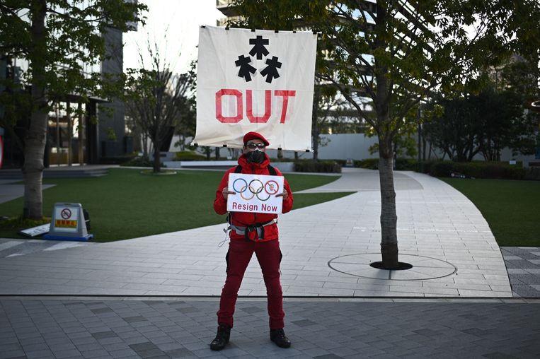Een demonstrant bij het olympisch museum in Tokio vindt dat Yoshiro Mori moet aftreden.  Beeld AFP