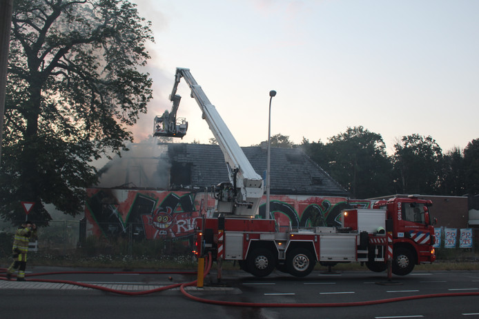 De brandweer had het vuur in de restanten snel onder controle. 'Het nablussen zal nog wel enige tijd in beslag nemen', laat de woordvoerder weten.