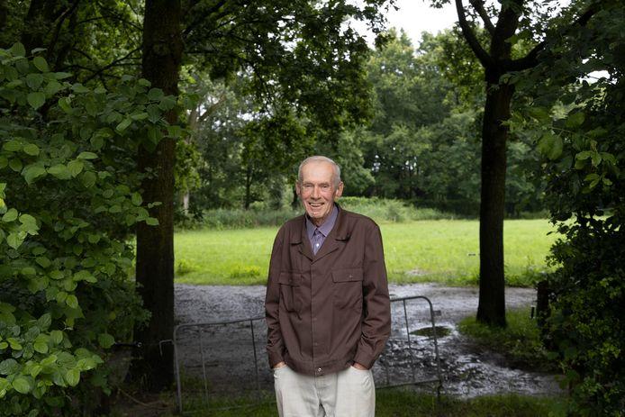 Simon van Schooten houdt wandelingen vanaf de potstal op het erf van de Genneper Hoeve.